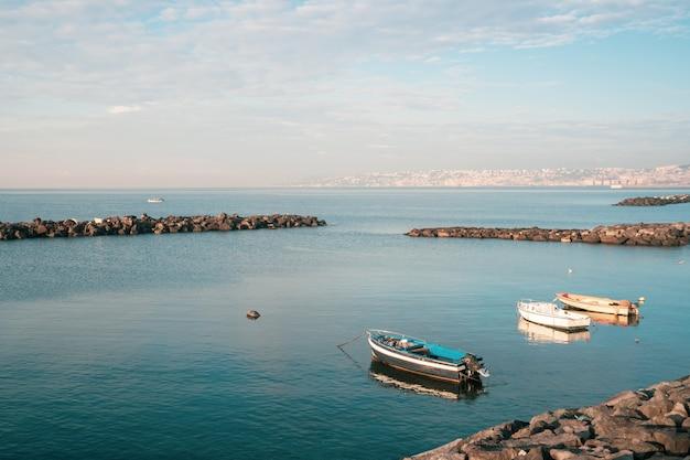 Łodzie rybackie pływające na brzegu morza śródziemnego. włochy. pejzaż morski.