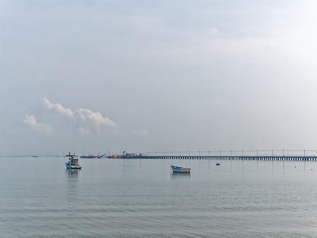 Łodzie rybackie pływające po morzu przy molo
