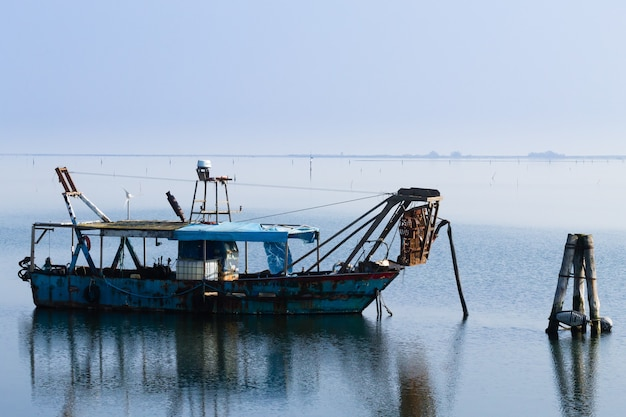 Łodzie rybackie w lagunie rzeki pad