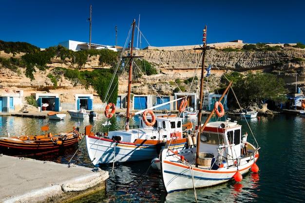 Łodzie rybackie w porcie w wiosce rybackiej mandrakia, wyspa milos, grecja