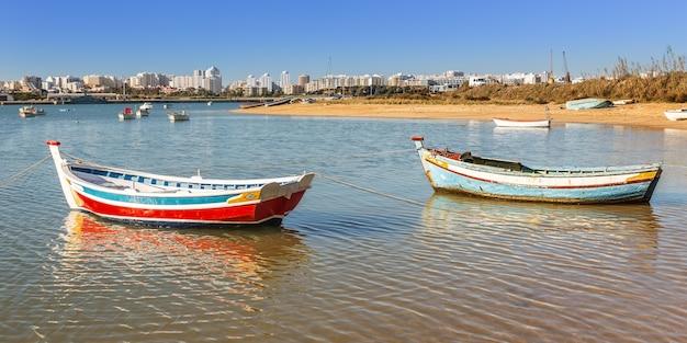 Łodzie rybackie w zatoce miejscowości ferragudo. portugalia.