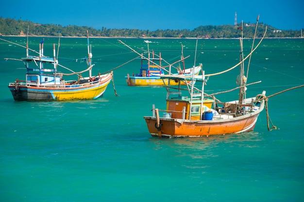 Łodzie rybackie w zatoce weligama, sri lanka