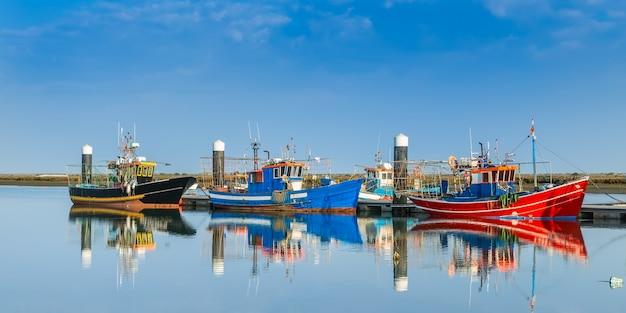 Łodzie rybackie zacumowane przy doku. statki przemysłowe.