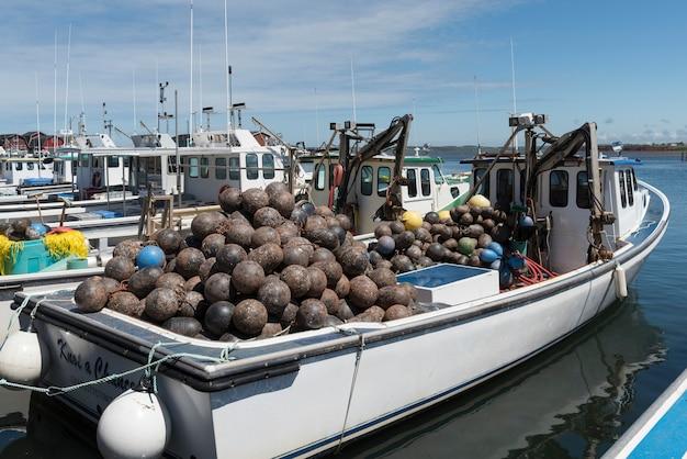 Łodzie rybackie zacumowane w porcie, kensington, cabot beach provincial park, malpeque bay, prince edward