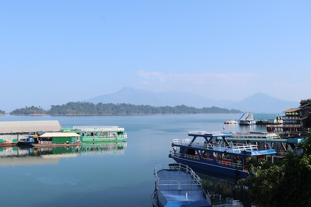 Łodzie turystyczne w nam ngum dam w laosie