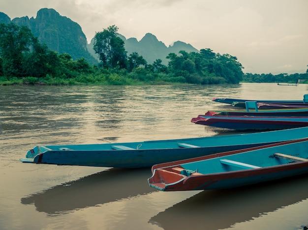 Łodzie typu longtail na rzece song, vang vieng, laos