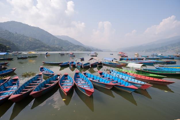 Łodzie w jeziorze pokhara