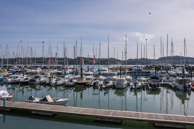Łodzie w marinie lizbony łodzie w marinie na rzece lizbona