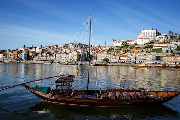 Łodzie z winem porto w porto, portugalia. rzeka douro, światło dzienne