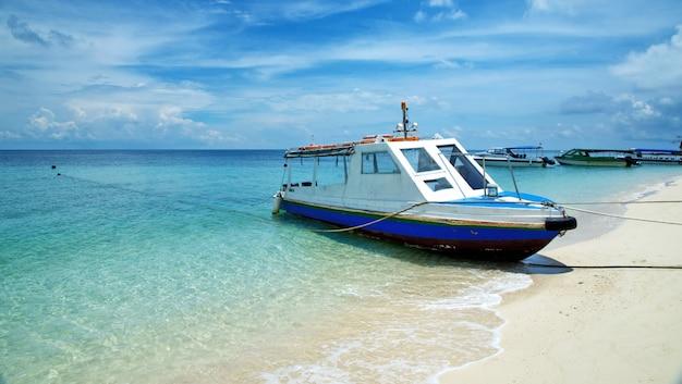 Łodzie zacumowane na wyspie selingan
