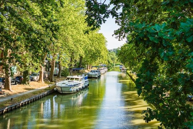 Łodzie zacumowane w canal du midi w carcassonne we francji