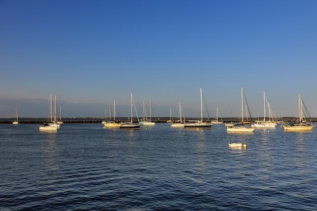 Łodzie zacumowane w porcie zatoki oceanicznej, parkowanie w porcie na pięknych jachtach