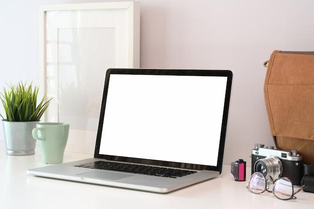 Loft drewna biurka stół z laptopem, rocznika kamerą i dostawami.