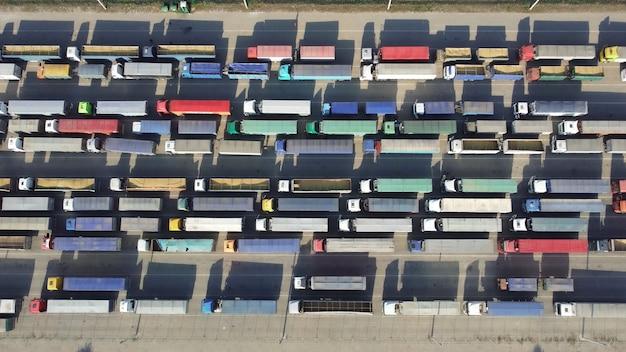 Logistyczny transport produktów rolnych. parkowanie w kolejce samochodów ciężarowych do rozładunku przy terminalu portowym.