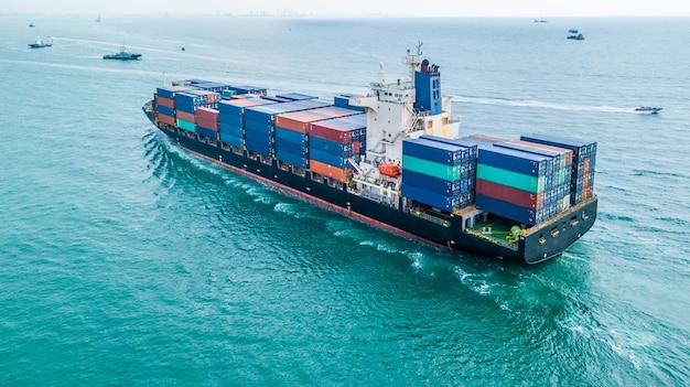 Logistyka biznesowa i transport międzynarodowy statkiem na otwartym morzu.
