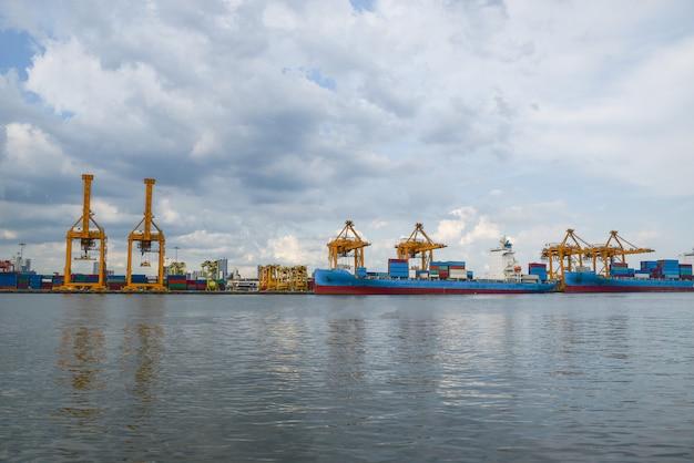Logistyka i transport kontenerowca i mostu dźwigowego.
