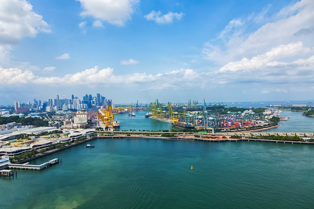 Logistyka i transport statku container cargo i samolotu cargo z działającym mostem dźwigowym, logistyka import eksport.