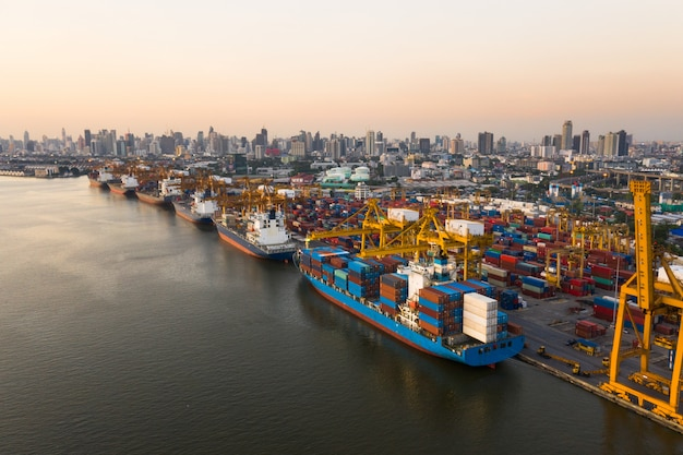Logistyka i transport statku container cargo i samolotu cargo