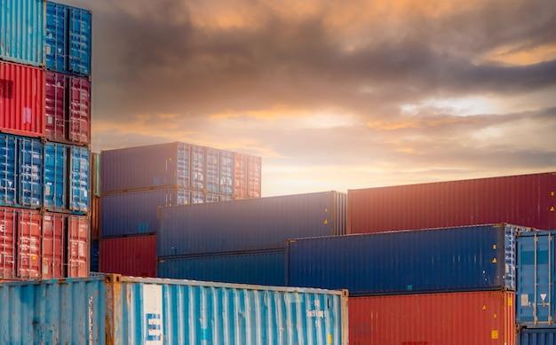 Logistyka kontenerów. działalność przewozowa i spedycyjna. kontenerowiec do logistyki importowej i eksportowej. stacja towarowa kontenerów. przemysł logistyczny od portu do portu. kontener w porcie do przewozu samochodów ciężarowych.