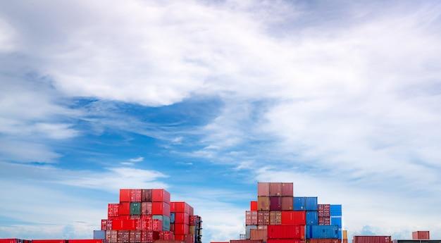 Logistyka kontenerowa. transport i spedycja. kontenerowiec do logistyki importu i eksportu. kontenerowa stacja towarowa. przemysł logistyczny od portu do portu. kontener do transportu ciężarówek.