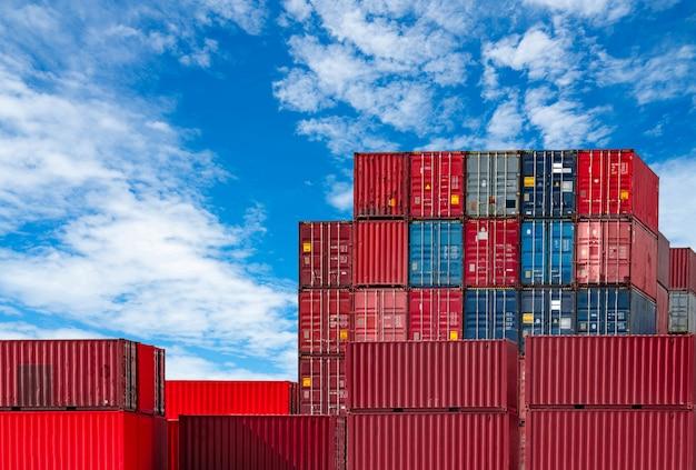 Logistyka kontenerowa. transport i spedycja. kontenerowiec do logistyki importu i eksportu. kontenerowa stacja towarowa. przemysł logistyczny od portu do portu.