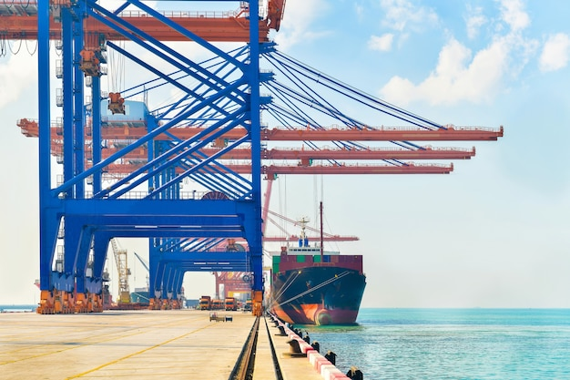Logistyka przemysłowa i transport ciężarówek na placu kontenerowym dla logistyki i cargo