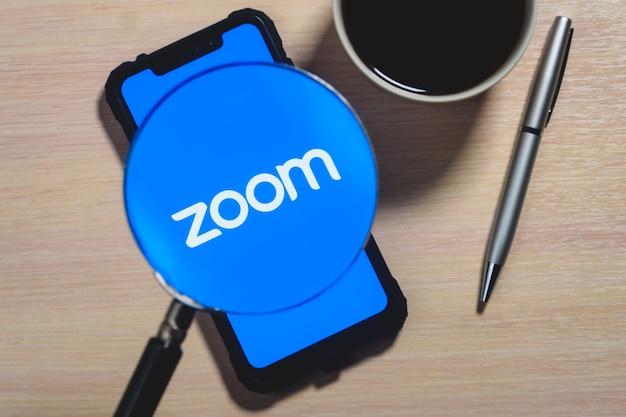 Logo aplikacji zoom na ekranie smartfona