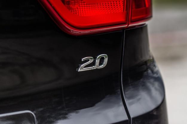 Logo chome samochodu chome zbliżenia 2.0