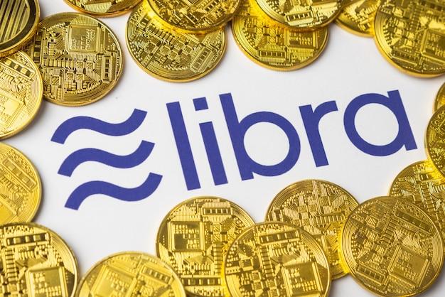 Logo libra wydrukowane na białym papierze.