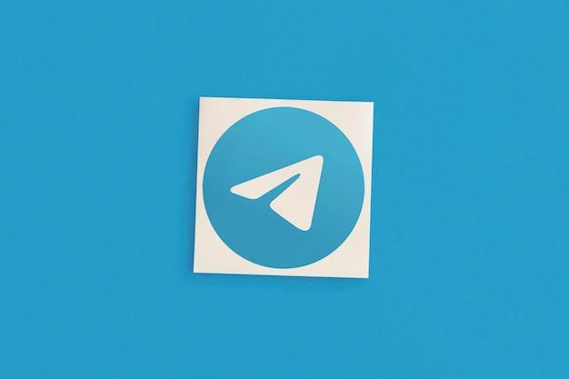Logo telegramu na niebieskim tle