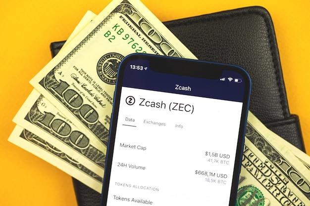 Logo waluty kryptograficznej zcash zec i symbol na ekranie, zdjęcie w tle koncepcji finansowania handlu i wymiany
