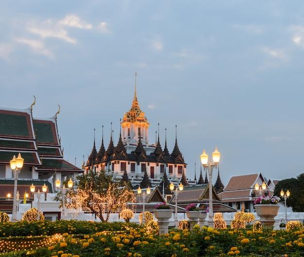 Loha prasat (metalowa grodowa świątynia) w bangkok, tajlandia