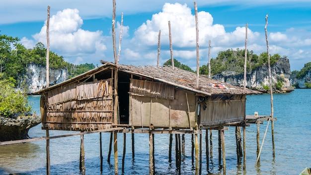 Lokalna chata bambusowa w zatoce kabui niedaleko waigeo. west papuan, raja ampat, indonezja.
