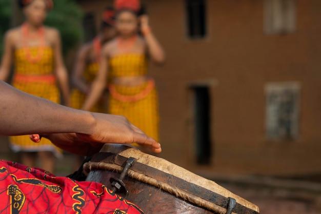 Lokalna kultura z nigeryjskimi tancerzami z bliska