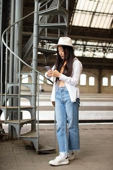 Lokalna podróżniczka sprawdzająca swój telefon
