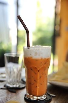 Lokalna tajska herbata mrożona na powierzchni drewna