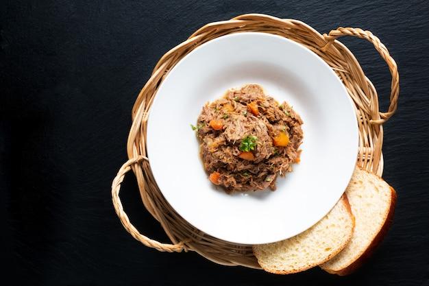 Lokalne francuskie jedzenie navarin d'agneau jagnięcina lub baranina wolnowar posypane białym naczyniem
