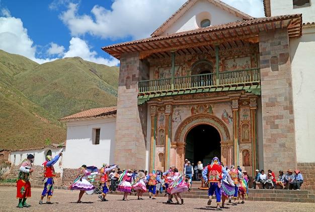 Lokalni ludzie świętuje przed san pedro apostol de andahuaylillas kościół, cusco, peru