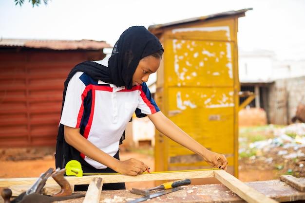 Lokalny afrykański stolarz w pracy uśmiechnięty