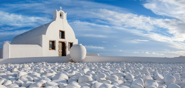 Lokalny kościół z błękitnym cupola w oia wiosce, santorini, grecja