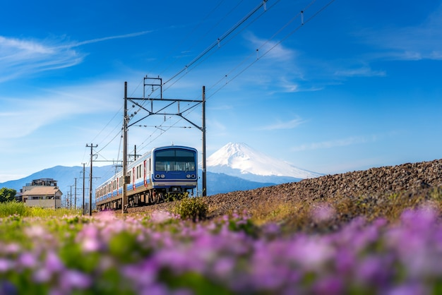 Lokalny pociąg linii jr izuhakone tetsudo-sunzu i mt. fuji w mishima, shizuoka, japonia