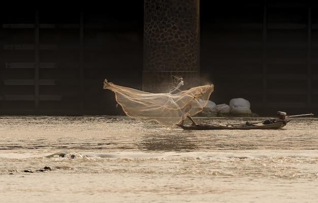Lokalny rybak łowiący ryby w rzece