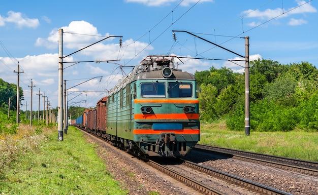 Lokomotywa elektryczna ciągnąca pociąg towarowy