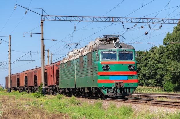 Lokomotywa elektryczna ciągnąca pociąg zbożowy na ukrainie
