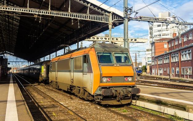 Lokomotywa elektryczna na stacji tuluza - francja