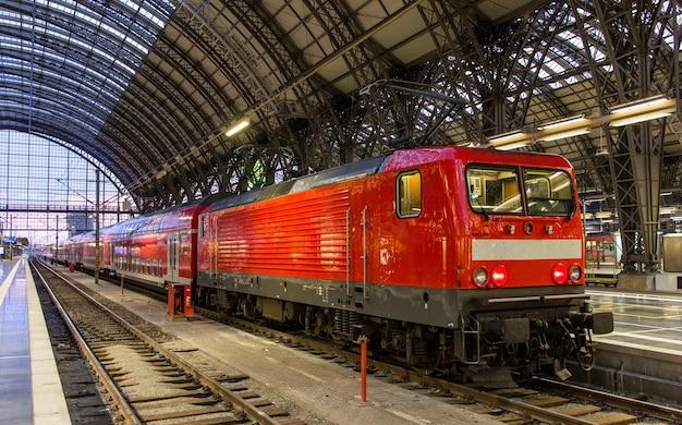 Lokomotywa elektryczna z pociągiem regionalnym we frankfurcie w niemczech