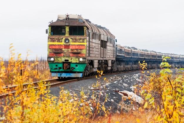 Lokomotywa spalinowa to pociąg towarowy.