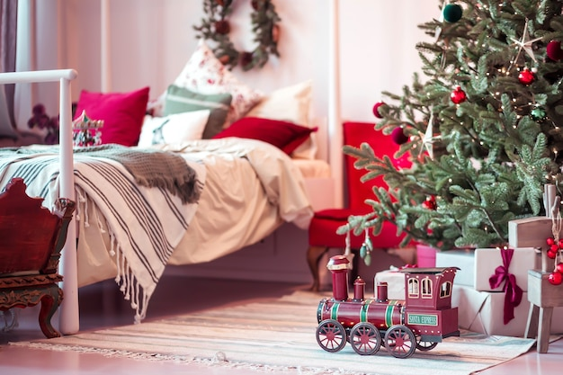 Lokomotywa zabawkowa pod drzewem w sypialni