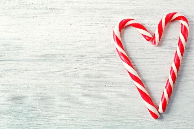 Lollipop cukierki jak serce na jasnej powierzchni
