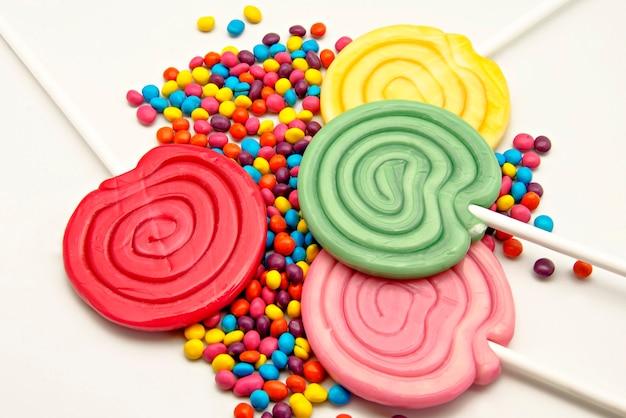 Lollipops z cukierkami na bielu